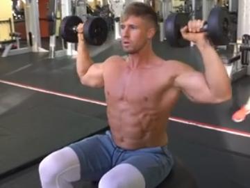 训练肩部中束和前束的同时还能加强你的核心