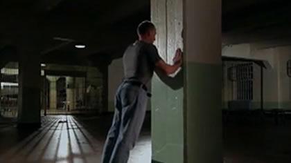 囚徒健身:01俯臥撐 第一式 墻壁俯臥撐