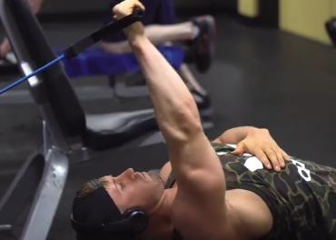 健身房没有上拉器械?不用担心,使用龙门架也可以完成这个动作。