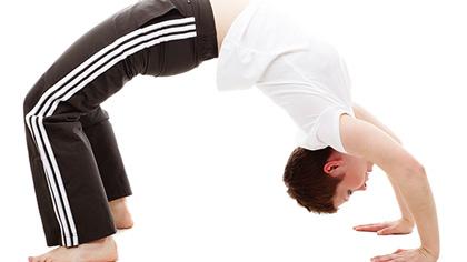 10个动作睡前瑜伽!舒经活血驱除每天疲劳