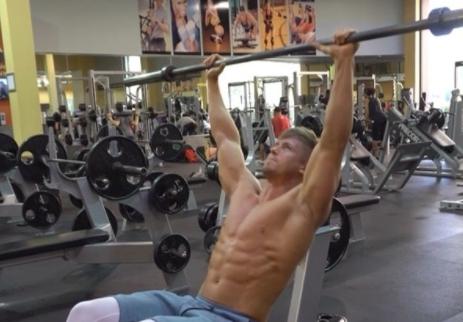卷腹做膩了?挑戰下斜杠鈴卷腹!4組力竭你的腹肌!