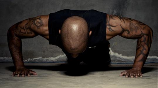 俯卧撑变种 锻炼肩、胸、上肢肌肉 - 图片2