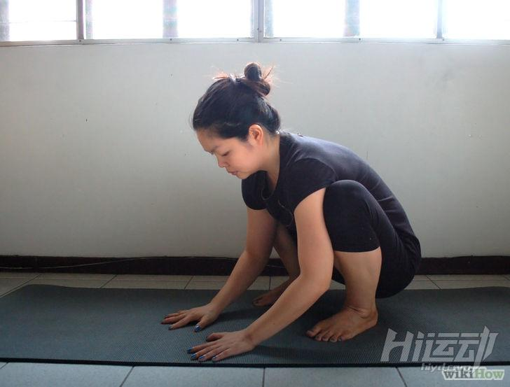 以Do the Crow Pose (Yoga) Step 3為標題的圖片