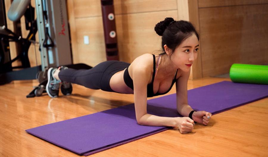 女生必会的健身动作 10个动作塑造美胸 - 图片1
