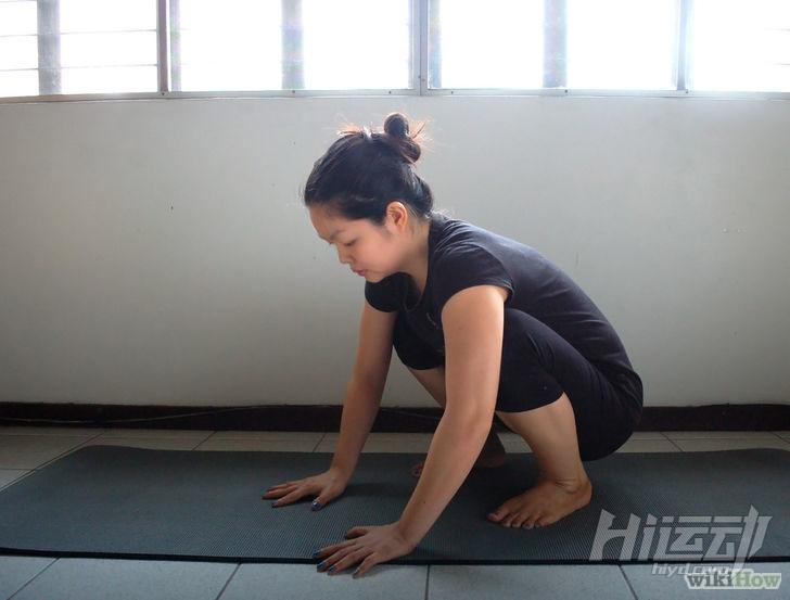 以Do the Crow Pose (Yoga) Step 2為標題的圖片