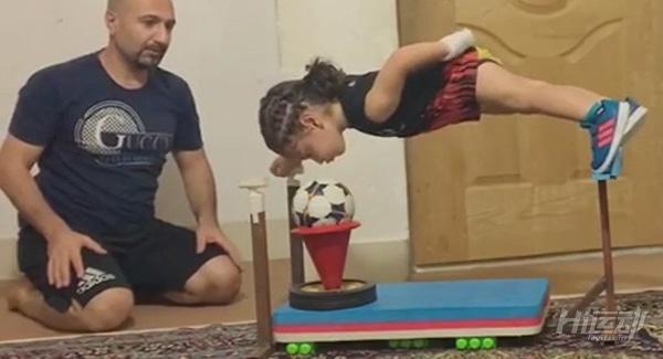 """年仅4岁的""""小姑凉""""一身肌肉,竞对父亲下如此狠手! - 图片5"""