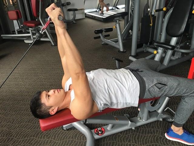 让手臂撑爆袖口 肱三头肌训练方法
