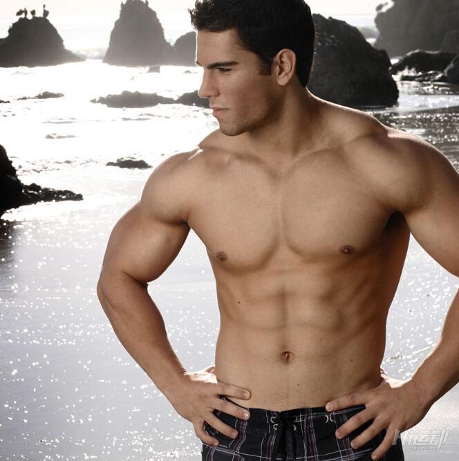 不想去健身房 6个哑铃动作练成肌肉男 - 图片1