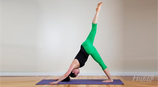 每天一式学瑜伽:下犬式!有效改善头痛与失眠 - 图片5
