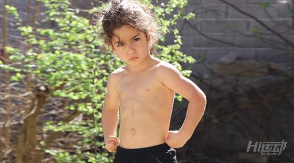 """年僅4歲的""""小姑涼""""一身肌肉,競對父親下如此狠手! - 圖片3"""