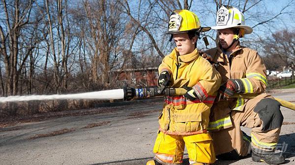 身高1米2卻夢想當消防員,付出百倍努力健身成小巨人 - 圖片7