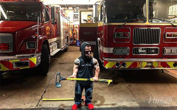 身高1米2卻夢想當消防員,付出百倍努力健身成小巨人 - 圖片8