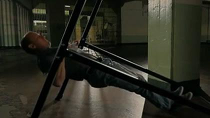 囚徒健身:07.引體向上 第二式 水平引體向上