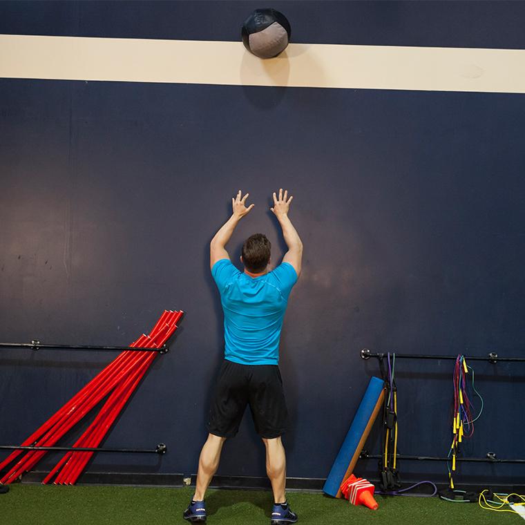 靠墙健身球深蹲